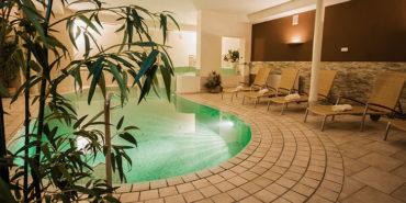 Una piscina coperta nel centro benessere di Christophs Hotel a Scena vicino a Merano.